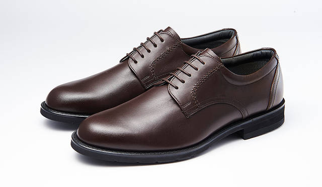 防水・透湿性を備え、靴のなかを快適に保つゴアテックス®ファブリクスを採用し、幅広な3Eウィズでゆったり履けるシリーズ。プレーントウは毎日の通勤にぴったり。2万2000円
