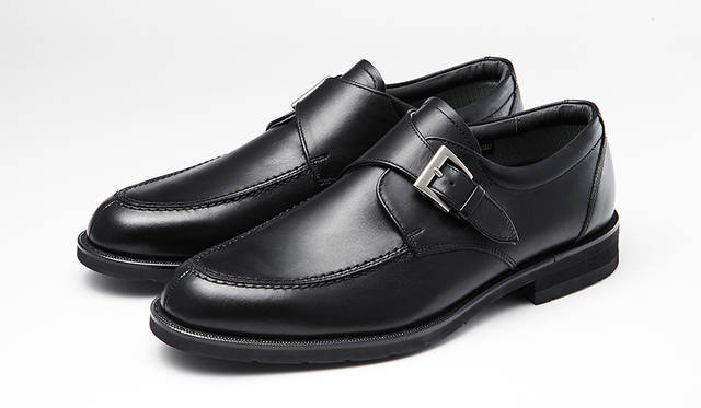 防水・透湿性を備え、靴のなかを快適に保つゴアテックス®ファブリクスを採用し、幅広な3Eウィズでゆったり履けるシリーズ。黒モンクストラップはモダンにきまる。2万2000円