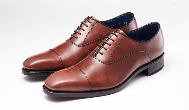 足幅が狭い若い世代に向け、ロングノーズ&シングルEのシャープな木型を採用したシリーズ。味のあるムラ感が高級感を醸し出すストレートチップは若々しい雰囲気。2万7000円
