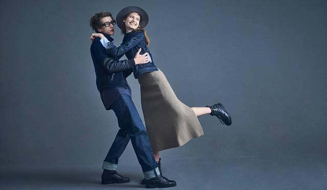 """「ちょっぴりナードな男と天真爛漫な女のストーリー。メンズはフィット感のあるフリースジャケットとロールアップデニム。インナーのTシャツの丈感がポイントです。ウィメンズがシャツの上に羽織ったのは、後ろで留める仕様になっている""""1人では着られない""""デニムトップス。パートナーに留めて欲しくなる一着ですね。スリットが入ったハイゲージニットスカートとブーツで縦長シルエットを意識しています」(左)Tシャツ2万7000円、ジャケット6万9000円、パンツ2万6000円、ブーツ6万7000円(以上ディーゼル ブラック ゴールド)その他スタイリスト私物(右)シャツ3万1000円、デニムトップス3万1000円、スカート4万2000円、ブーツ7万5000円(すべてディーゼル ブラック ゴールド)"""