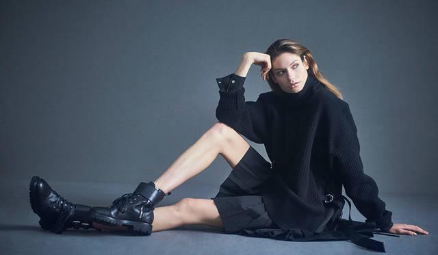 「たっぷりとしたニットのタートルネックにシャツのスリーブとプリーツスカートがドッキングしたワンピースは、サイドに付いたストラップでシルエットが調整可能。ハードなブーツを合わせてマニッシュに」ドレス7万9000円、ブーツ7万5000円(以上ディーゼル ブラック ゴールド)
