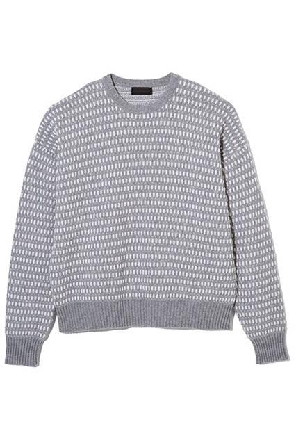 グラフィカルな編み柄がユニークなクルーネックのニット。ボクシーなフィット感なのでレイヤードもしやすい。ニット3万円(ディーゼル ブラック ゴールド)