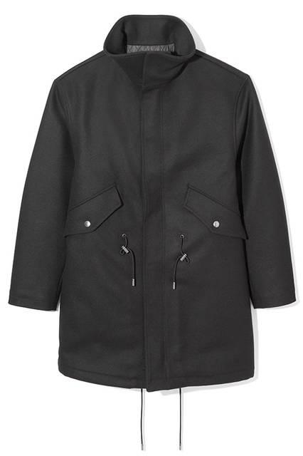上質なフェルトウールを採用したスタンドカラーのオーバーコート。ウエスト部分にはドローコードが備えられており、シルエットの調整が可能。様々な着方が楽しめる一着だ。コート10万6000円(ディーゼル ブラック ゴールド)
