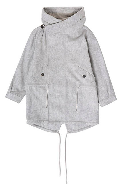 パーカとコートがドッキングしたハイブリッドなアウター。ネックラインのボタンの開閉で2WAY仕様にもなり、雰囲気の異なるコーディネートが楽しめる。ジャケット9万2000円(ディーゼル ブラック ゴールド)