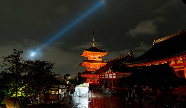 音羽山の中腹にある清水寺は、13万平方メートルの境内に国宝、重要文化財を含む15の伽藍が建ち並ぶ。雨の夜空に仁王門や西門、三重塔などライトアップされた建物が浮かび上がる光景は、とても幻想的だ