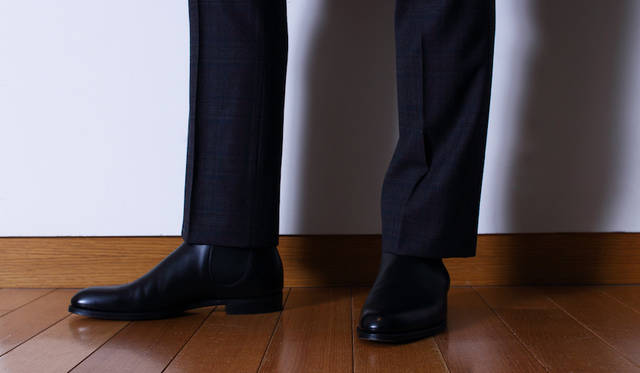 """スリーピーススーツ37万5000円、チェルシーブーツ21万円(限定店舗展開)(すべて<a class=""""link_underline"""" href=""""https://www.dunhill.com"""">ダンヒル</a>)"""