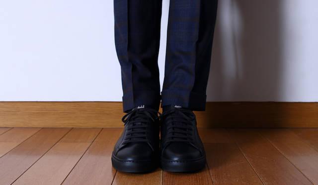 """トラウザーズ6万4000円、スニーカー5万9000円(ともに<a class=""""link_underline"""" href=""""https://www.dunhill.com"""">ダンヒル</a>)"""