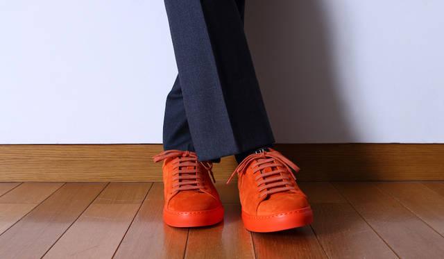 """トラウザーズ5万円、スニーカー6万3000円(ともに<a class=""""link_underline"""" href=""""https://www.dunhill.com"""">ダンヒル</a>)"""