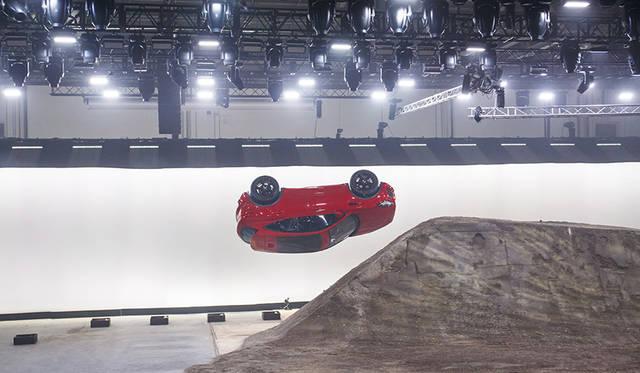 「E-PACE」のワールドプレミアでは、270度回転しながら15.3メートルをジャンプする「バレル ロール」を披露。このデモンストレーションは、同時にギネス世界記録も樹立した。