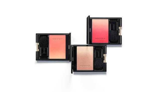 <strong>SUQQU ピュア カラー ブラッシュ</strong><BR> 肌なじみの良さに定評があるグラデーションチークから、春の頬にぴったりな、柔らかな発色の新色2色と限定色1色が加わる。新色はあらゆる肌色とメイクに合うアプリコットオレンジ×コーラルと、スタイリッシュで洗練された印象のライトブラウン×シアーベージュ。限定色のソフトレッド×クリーミーピンクは、甘すぎず大人の愛らしさがある血色チークに。肌の内側からにじむようなニュアンスを与えてくれる。<BR> 新色2色/限定色1色 各5500円(税抜)<BR> 発売日 1月19日(金)