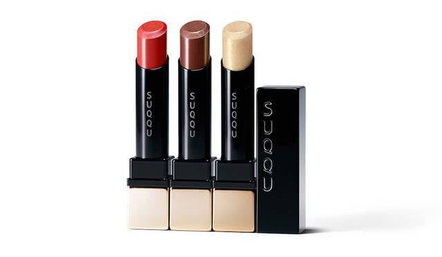 <strong>SUQQU エクストラ グロウ リップスティック</strong><BR> 唇と一体化するなめらかな使用感のリップスティックに新色2色と限定色1色が登場。肌の美しさと血色を引き立てるみずみずしいトマトレッドと、ひと塗りで洗練された印象を与える肌なじみの良いディープブラウンは、どちらも主張ある重めの色に映るが、テクスチャーが軽やかなので使いやすい。また、限定色のスパークリングゴールドは、そのままでもほかのリップカラーに重ねてもOK。 <BR> 新色2色/限定色1色 各4000円(税抜)<BR> 発売日 1月19日(金)
