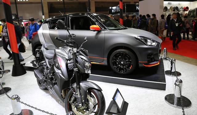 <strong>Suzuki Swift Sport Autosalon & GSX-S1000 ABS|スズキ スイフト スポーツ オートサロン バージョン & GSX-S1000 ABS</strong><br> 130馬力の1.4リッターエンジン搭載でスポーティさに定評あるスズキ スイフト スポーツに設けられたオートサロンバージョンはGSX-S1000 ABSとともに