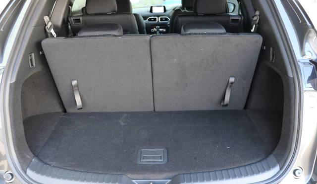 3列めシートのバックレストは50対50のスプリット式で、レバーひとつで荷室からフォルドダウンできる(この状態で荷室容量は239リッターでゴルフバッグ2つ収納可能)