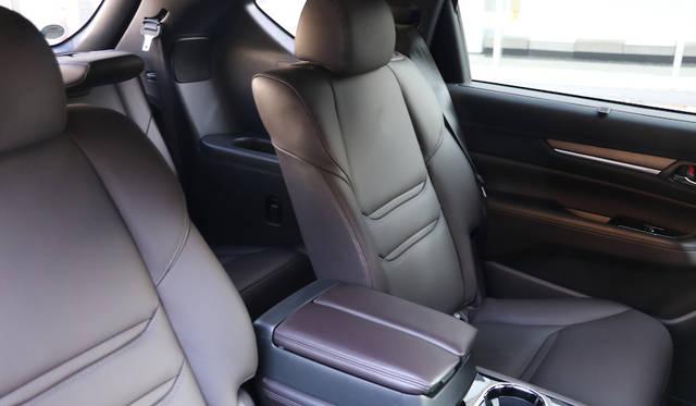 センターアームレストを備えて2列めシートの快適性を高めた最上級グレードのL Package(レザーシート仕様)