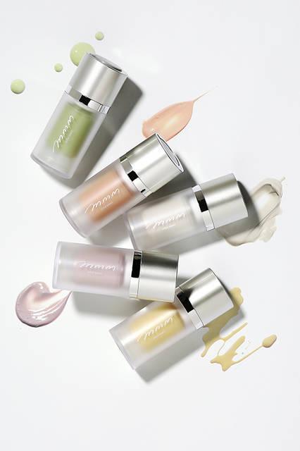 <strong>ムー カラーチューナー(カラーメイクベース)全5色</strong><BR> 色を補正し、美しい素肌を引き出す下地+UV+保湿美容液。オーガニックのエーデルワイスエキスが肌の潤いを守る。肌色の補正以外にも、季節や肌のコンディションによって色や香りを楽しめる。<BR> SPF22 PA++<BR> 容量|15ml<BR> 価格|2900円(税抜)