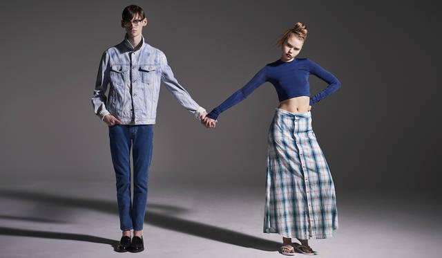 「ケミカルウォッシュのジージャンと、クリーンなウォッシュのジーンズで、ブルーのコントラストを試してみました。シャツを着るような感覚できちんとジージャンを着ているのがポイントです。ウィメンズはタイトなトップスと、ゆるっとしたオンブレチェックのシャツスカート、足元はビーサンでラフに。グランジが持つ楽さを演出してみました」(左)ジャケット5万6000円、デニムパンツ2万7000円(ともにディーゼル ブラック ゴールド)(右)カットソー1万6800円、スカート2万7000円(ともにディーゼル ブラック ゴールド)その他スタイリスト私物