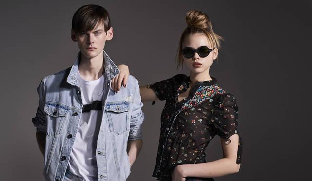 「大胆なプリントTシャツをハードウォッシュのジージャンと合わせたシンプルなスタイリング。ロックミュージシャンのように袖をたくし上げて着こなして。ウィメンズは、シースルーの小花柄ブラウス。ボディフィットで70'sなフィーリング。グランジを意識して、袖のリボンはあえて外して雑さを出して」(左)Tシャツ1万3800円、デニムジャケット6万3000円(ともにディーゼル ブラック ゴールド)(右)ブラウス5万2000円(ディーゼル ブラック ゴールド)その他スタイリスト私物