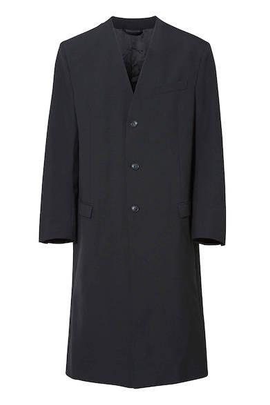 ノーカラータイプのチェスターコート。無駄のないシンプルで洗練されたデザインなので、どんなスタイリングにもコーディネートしやすそう。コート8万2000円(ディーゼル ブラック ゴールド)