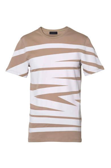 1枚でコーディネートのメインアイテムになるグラフィカルなTシャツ。ベージュとホワイトのコントラストが効いた1枚。Tシャツ1万6800円(ディーゼル ブラック ゴールド)