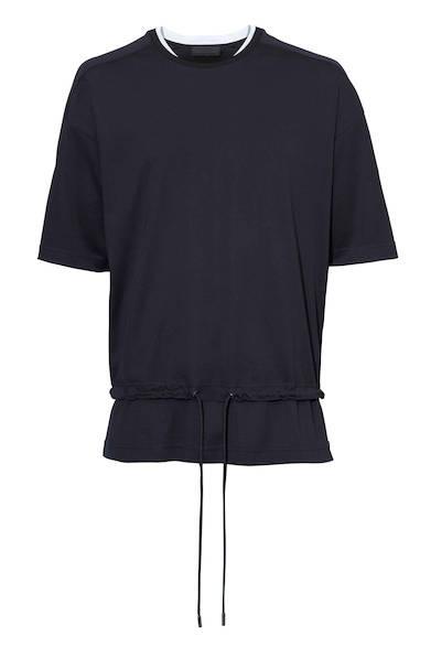 合わせるアイテムを選ばず着まわし抜群のスポーティなカットソー。首元や肩の切り替えや、裾のドローコードなど、シンプルな中にもディテールにこだわった一着。Tシャツ2万5000円(ディーゼル ブラック ゴールド)