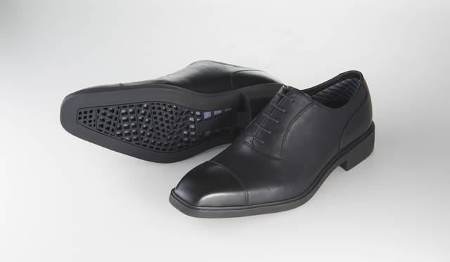 <strong>31PR</strong><br>ブラック<br>25,000円(税別)<br>ゴアテックス®サラウンド®プロダクトテクノロジー搭載のストレートチップ。防水機能に加え、大胆に空いたソール面の穴から、靴内の湿気を逃がす透湿性にも優れた仕様だ。<br>