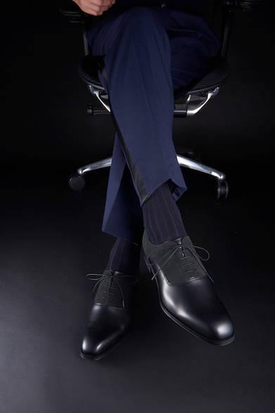 <strong>11PR</strong><br>25,000円(税別)<br>個性的な異素材コンビのプレーントウは、柔らかな印象の足元。ネイビーの側章付きパンツと合わせ、若々しくスッキリと履きこなしたい。<br>