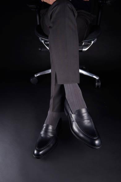 <strong>01PR</strong><br>27,000円(税別)<br>ビジネスシーンにも登場させたいローファーは、グレー系との着こなしでより軽快な印象に。スタイリッシュなビジネススタイルの完成形だ。<br>