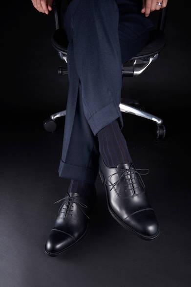 <strong>03PR</strong><br>27,000円(税別)<br>定番のストレートチップは透明感のある甲革の仕上げ、上質で洗練された大人の装いに。内羽根のストレートチップはビジネスシーンでも落ち着いた雰囲気を醸し出すマストアイテム<br>