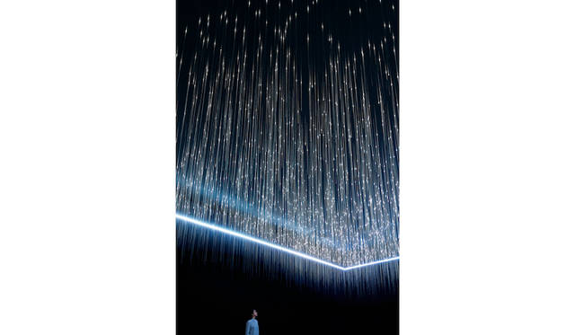 「BELIEVE IN LIMITLESS」では天井から約1万2000本の糸がさげられ、そこに光があてられる市川創太氏によるインスタレーションが展開された