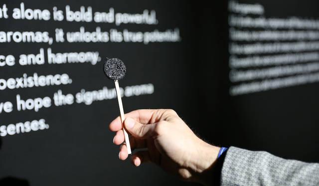 レクサスでは2018年のインスタレーションのシグネチャーアロマとして個性的でありつつ他の香りとの調和を生む点でベルガモットを選びロリポップを製作した