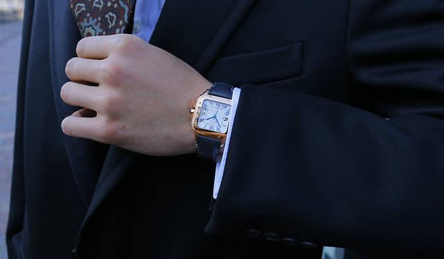 時計「サントス ドゥ カルティエ」ピンクゴールド/アリゲーターストラップ/LM(39.8mm×47.5mm) 222万円(カルティエ/カルティエ カスタマー サービスセンター 0120-301-757)