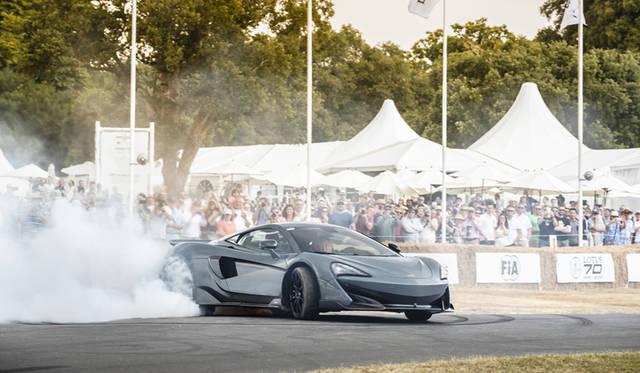 英国で開催された「グッドウッド フェスティバル オブ スピード」に登場し、バーンアウトを決めるマクラーレンの新型600LT