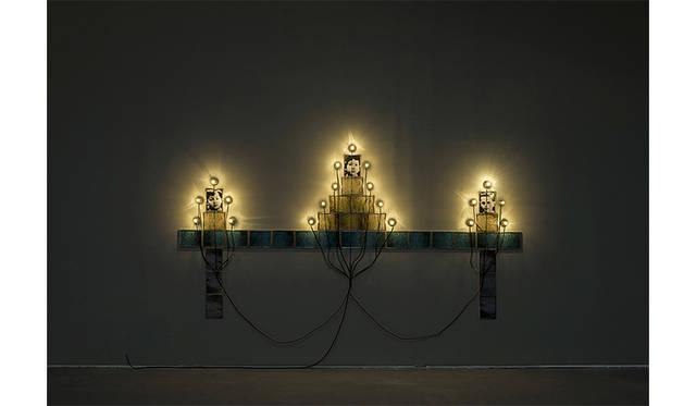 《モニュメント》 1986 / 写真、フレーム、ソケット、電球、電気コード / 作家蔵 © Christian Boltanski / ADAGP, Paris, 2019, Photo © The Israel Museum, Jerusalem by Elie Posner
