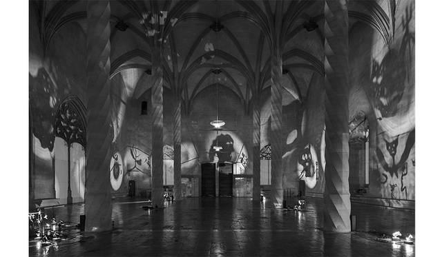 《影(天使)》 1985 / フィギュア、スポットライト、可動式台座、金属フレーム、送風機 / 作家蔵 © Christian Boltanski / ADAGP, Paris, 2019, Courtesy KEWENIG, Berlin | Palma, Photo by Stefan Müller