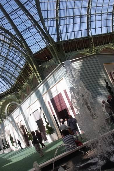 <strong>La Biennale Paris|パリ・ビエンナーレ 2014</strong><br /><br />ヴェルサイユ宮殿をイメージして設えた噴水