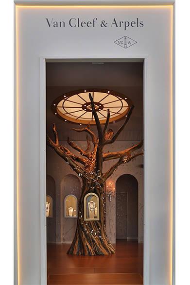 <strong>La Biennale Paris|パリ・ビエンナーレ 2014</strong><br /><br />VAN CLEEF & ARPELS|ヴァンクリーフ&アーペル<br /><br />ヴァンクリーフのエントランス ©Van Cleef & Arpels