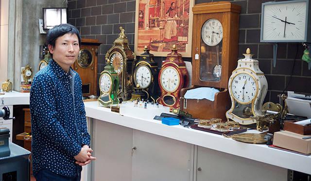 金澤真樹氏(1981年生まれ)。1999年渡仏。2001年にスイスに移り、 ル・ロックルの時計学校で時計師の資格をとったのち、時計修復科、複雑時計科を終了。 2010年、ジュリアス・ベア賞受賞。ヴィンセント・ベラール、カリ・ヴティラインネンの工房を経て、2013年ラ・ショー・ド・フォン国際時計博物館の時計修復師に着任。