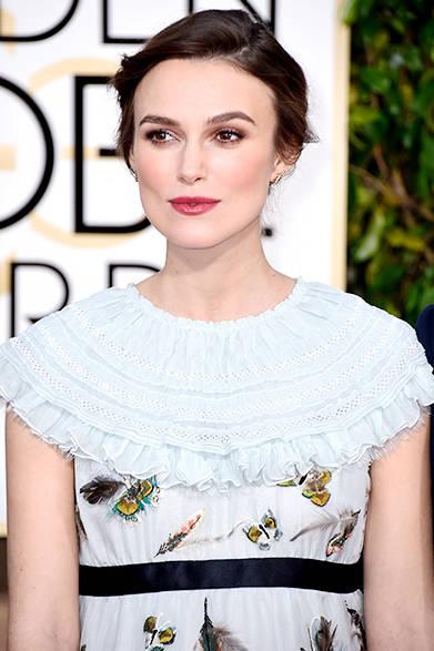 <strong>Keira Knightley|キーラ・ナイトレイ</strong><br><br>今回のドレスについて、アーティスティック ディレクターのカール・ラガーフェルドはこう語っている。「私はキーラが大好きです。彼女は才能ある女優であり、スウィートで美しい女性です。妊婦姿であっても、 パリ-ザルツブルク メティエダールコレクションのドレスを纏うことで蝶のように軽やかな雰囲気を演出しています。」<br><br>©CHANEL