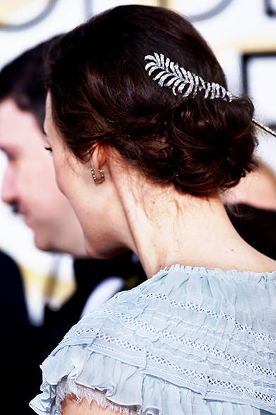 <strong>Keira Knightley|キーラ・ナイトレイ</strong><br><br>髪には「プリュムドゥ シャネル」18Kホワイトゴールドとダイヤモンドのブローチを。 <br><br>©CHANEL
