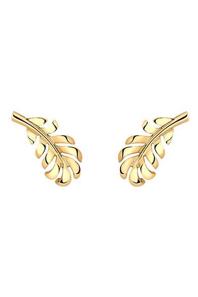 <strong>CHANEL|シャネル</strong><br><br>キーラの耳を飾ったのは、ヘアに使用したものと同じ「プリュムドゥ シャネル」のゴールドのイヤリング。 <br><br>©CHANEL