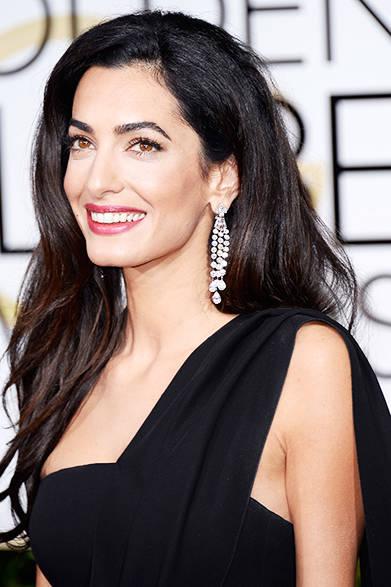 <strong>Amal Clooney|アマル・クルーニー</strong><br><br>最高級のクオリティを誇る、ダイヤモンドのドロップイヤリングは、ハリー・ウィンストン「アドーメント・コレクション」のディール。<br>