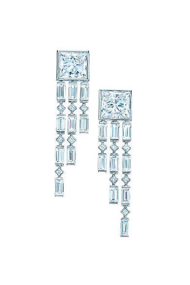 <strong>Tiffany & Co.|ティファニー</strong><br><br>大粒のエメラルドカットから、ライン状に垂れさがるドロップピアス。<br><br>© Tiffany & Co.