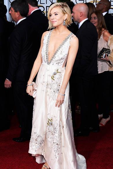 <strong> Sienna Miller|シエナ・ミラー</strong><br><br>シエナが選んだのはティファニーの「ティファニー ジャズ」のシャンデリアタイプのイヤリング。<br> <br>Kevork Djansezian/NBC