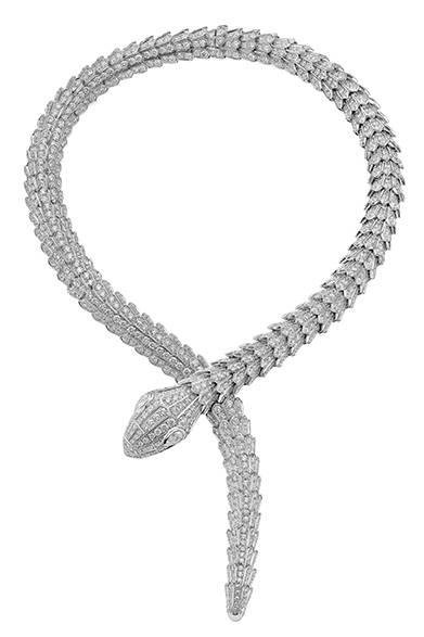 <strong> BVLGARI|ブルガリ</strong><br><br>「セルペンティ」のネックレスには贅沢にも76.31カラットものパヴェダイヤモンドが使われている。<br><br>©BVLGARI