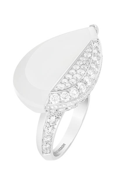 <strong>BOUCHERON|ブシュロン </strong><br><br>フロスト・ロッククリスタルとダイヤモンドを大胆に配した「キャリグラフィック」リング。<br><br>©Boucheron