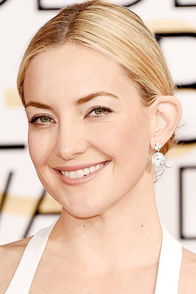 <strong> Kate Hudson|ケイト・ハドソン</strong><br><br>フォーエバーマークの10カラットにもおよぶ大粒のダイヤモンドが耳元で揺れる。<br><br>