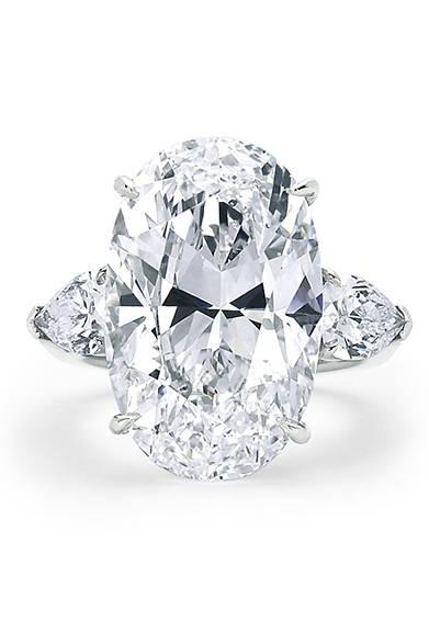 <strong> Forevermark|フォーエバーマーク</strong><br><br>ケイトの指を飾ったリングもフォーエバーマークから。センターストーンは、14.58カラットのオーバルカット ダイヤモンド。脇石はペアシェイプダイヤモンド。<br> <br>©Forevermark