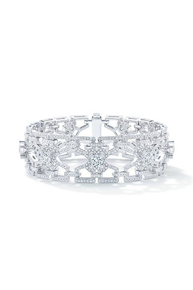 <strong> Forevermark|フォーエバーマーク</strong><br><br>手元は透かし模様が美しいダイヤモンドバングルを重ね付け。<br><br>©Forevermark