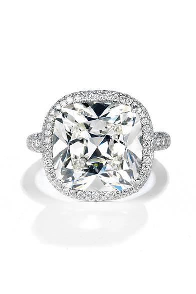 <strong>  Forevermark|フォーエバーマーク</strong><br><br>日本でも人気の「センター・オブ・ユニバース」の大粒ダイヤモンドリングを着用した。<br><br>©Forevermark