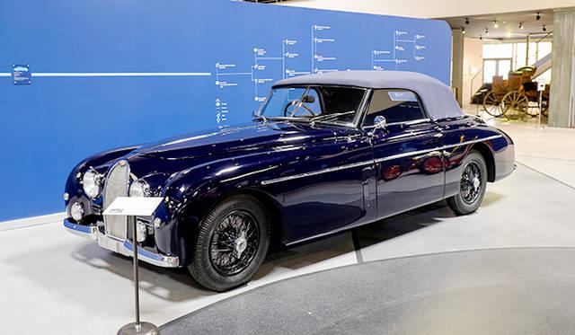 タイプ101C(51年)は戦後、ローラン・ブガッティが手がけたモデルだが、内容はエンジンを含めてタイプ57なので古さが目立ったうえ、欧州では富裕層が疲弊、米国で売るには右ハンドルと不利な条件が重なり6台が生産されたのにとどまる